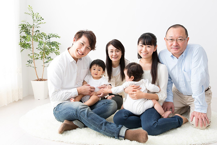 家でくつろぐ3世帯6人家族