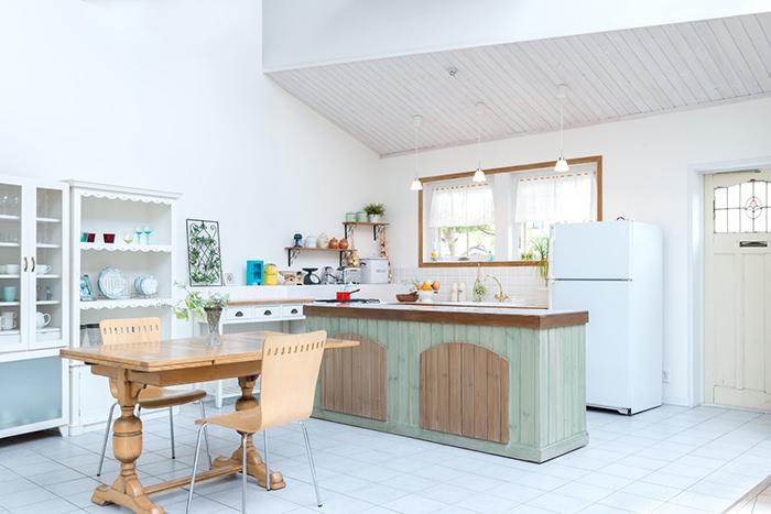 白い壁に木目のアクセントが映えるおしゃれなダイニングキッチン